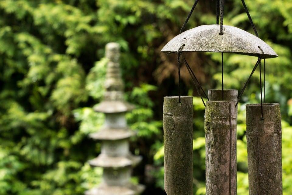 Carillon suspendu dans un jardin feng shui