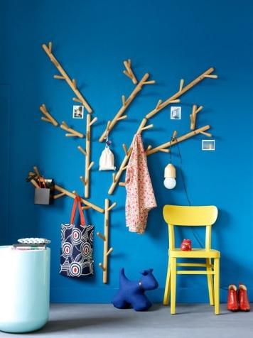 deco-entree-coloree-mur-bleu-chaise-jaune-porte-manteau-bois-arbre