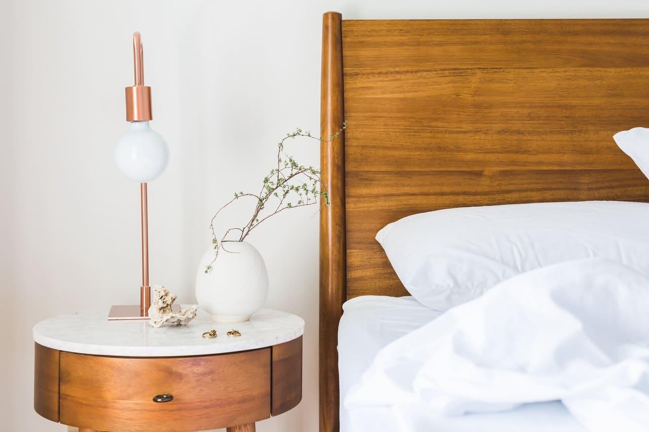 Lit et table de nuit en bois