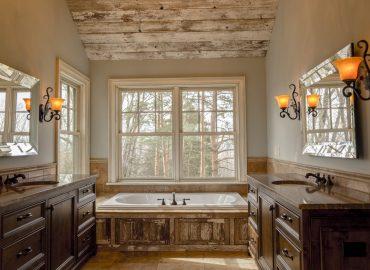 Salle de bain rustique avec des boiseries patinées