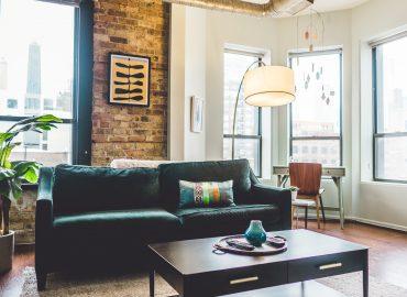 Salon avec de grandes fenêtres pour un intérieur lumineux