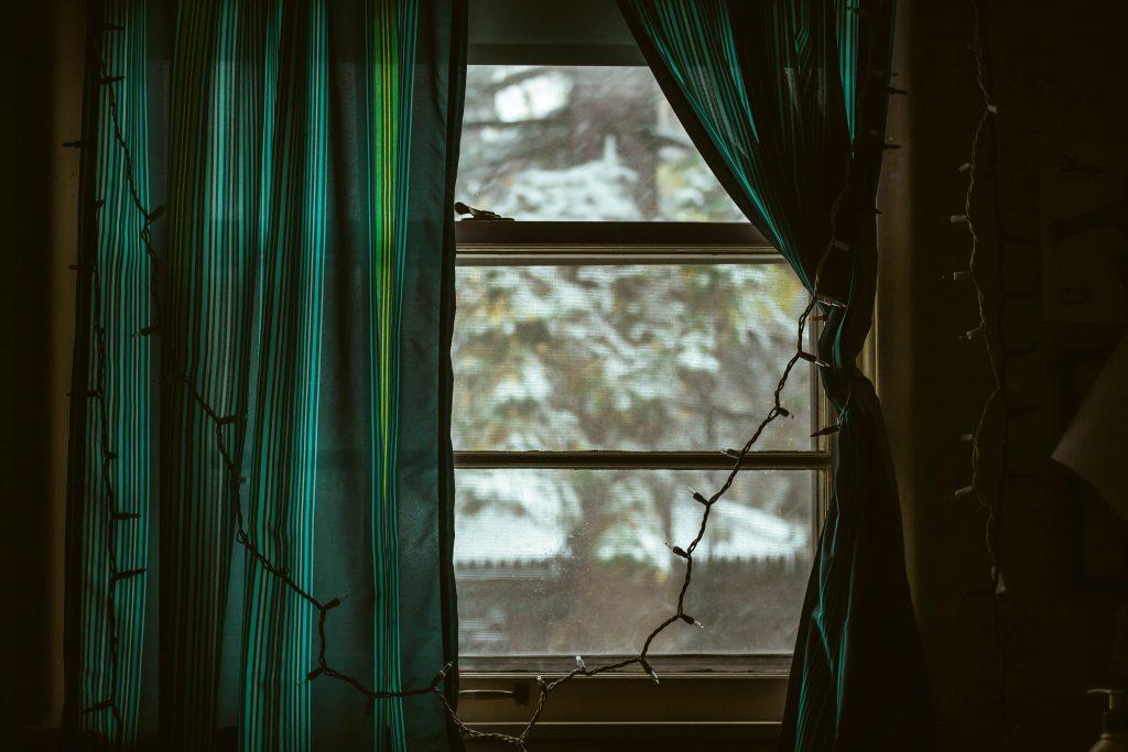 une fenêtre avec des rideaux verts