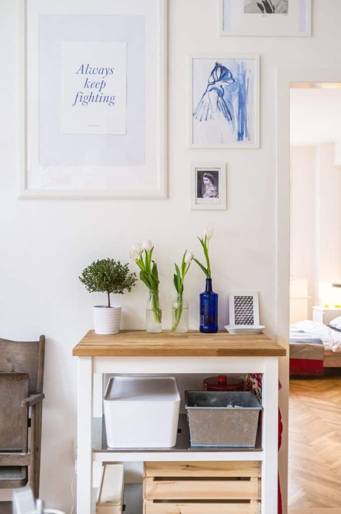 Un meuble avec des plantes