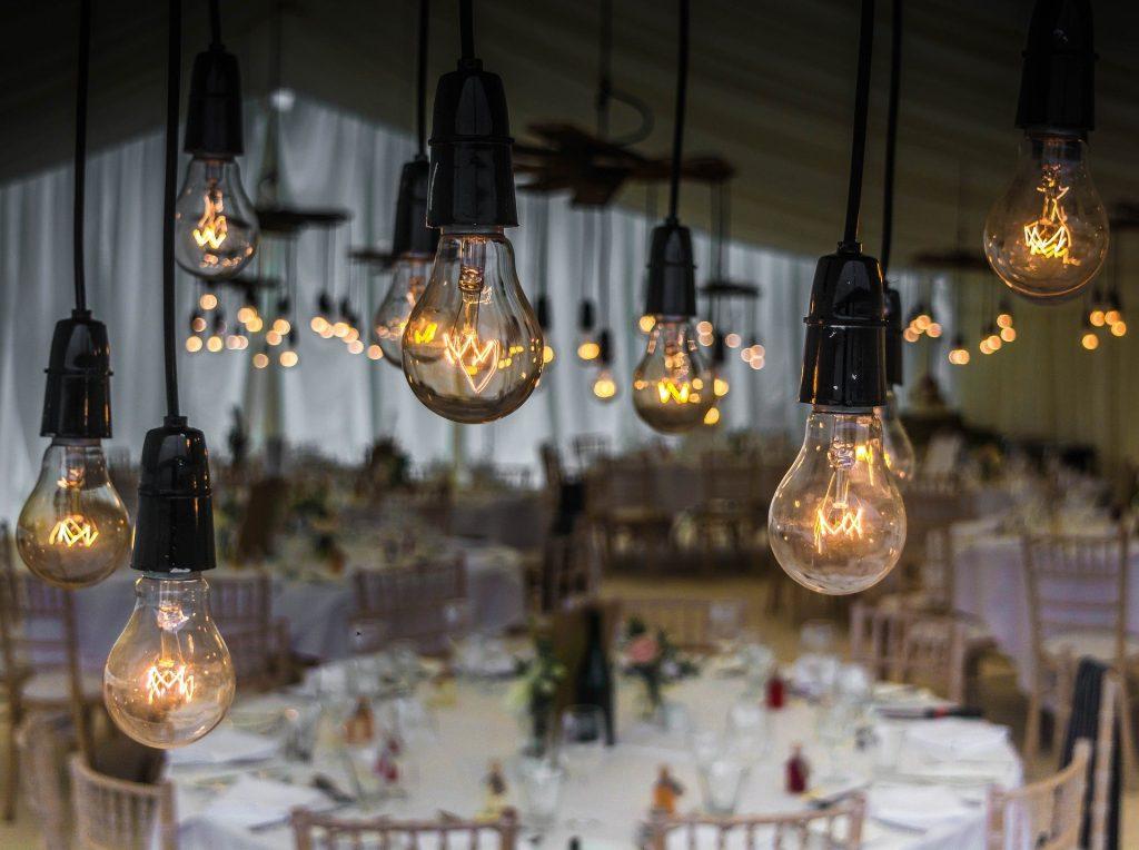 Accumulation d'ampoules à filaments suspendues