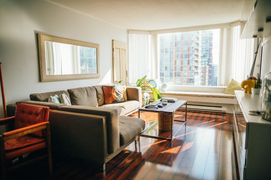 Intérieur d'un appartement avec grande fenêtre