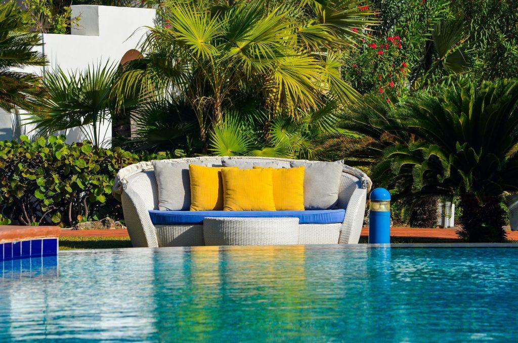 Canapé coloré au bord d'une piscine